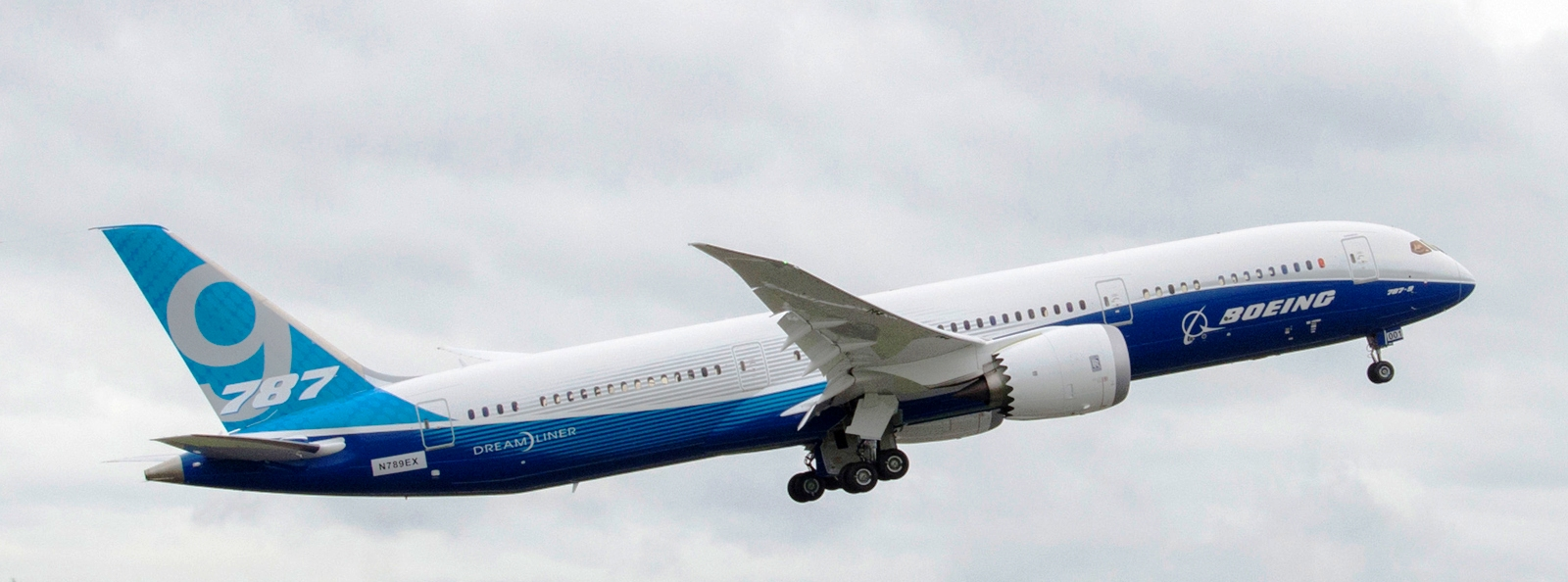 New boeing 787 9 dreamliner shown off at farnborough
